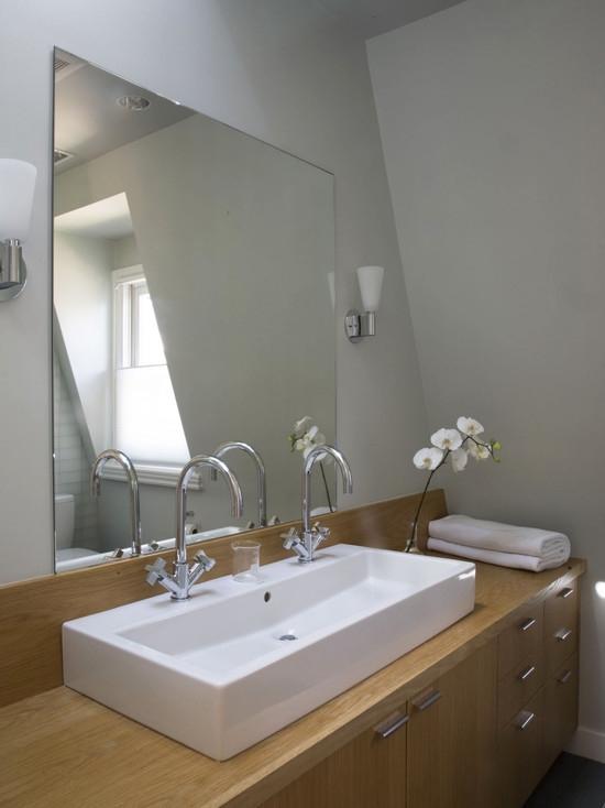 Espelho prata em banheiro.