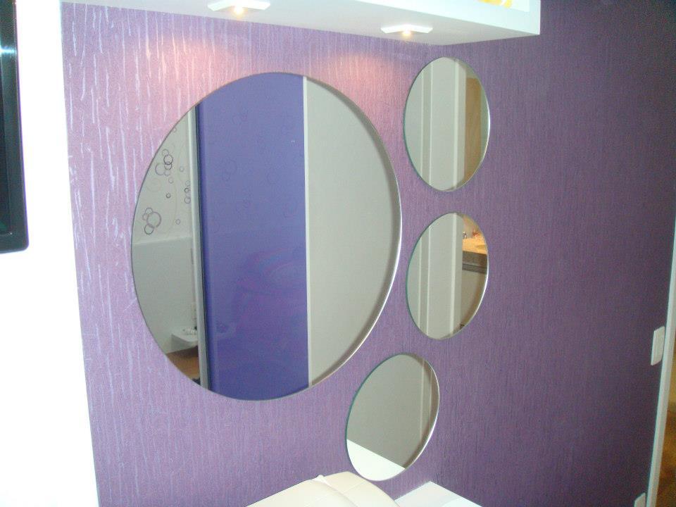 Espelho prata em montagem decorativa.