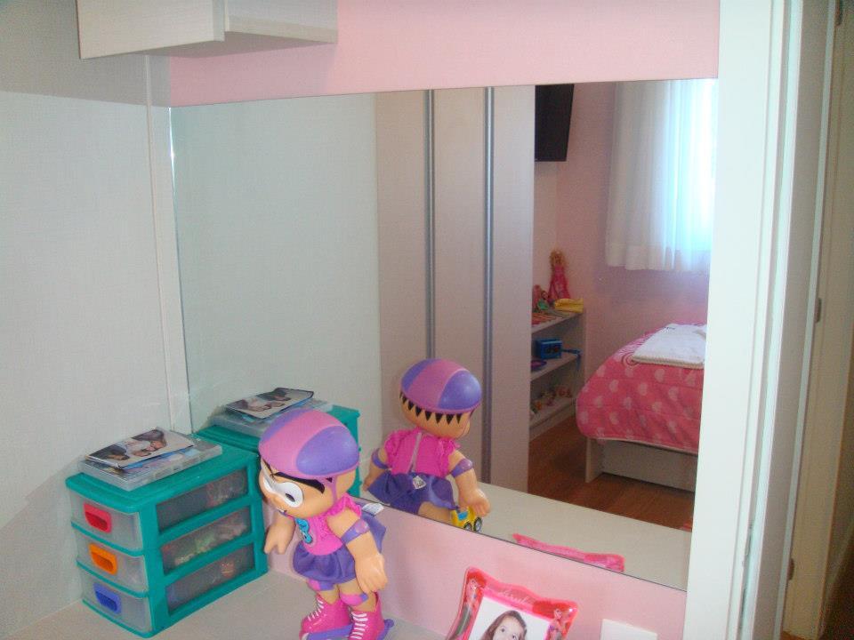 Espelho prata em quarto infantil.