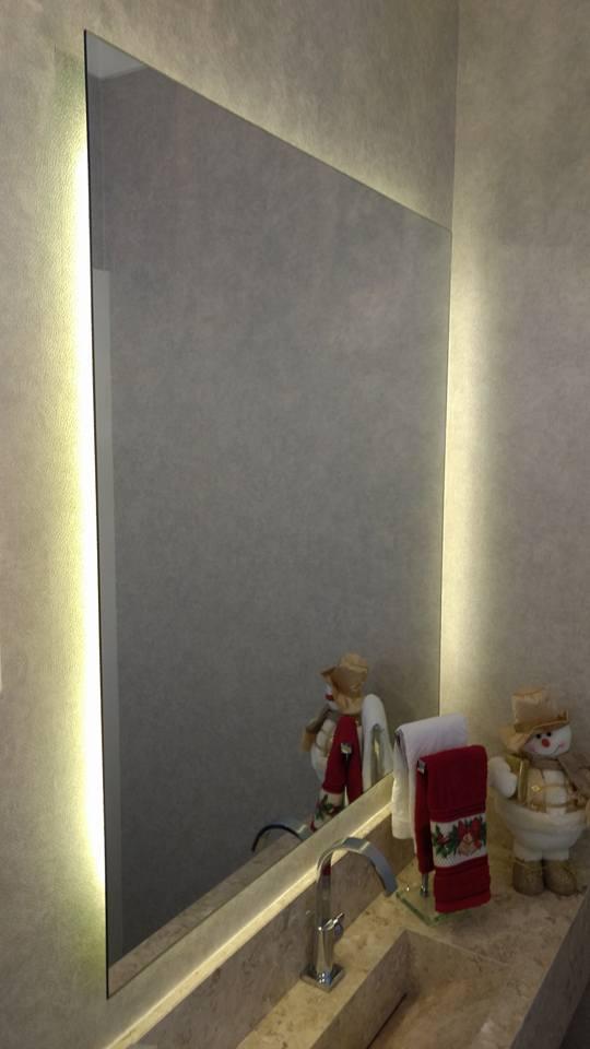 Espelho prata com retroiluminação.
