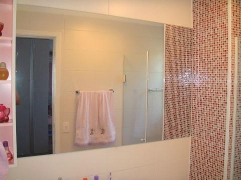 Espelho prata em banheiro feminino infantil.